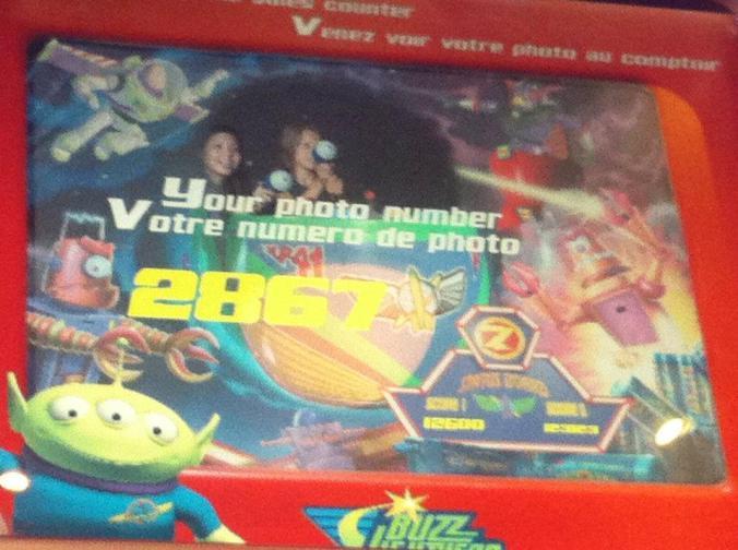 Eu e a menina de 11 anos no brinquedo do Buzz Lightyear haha