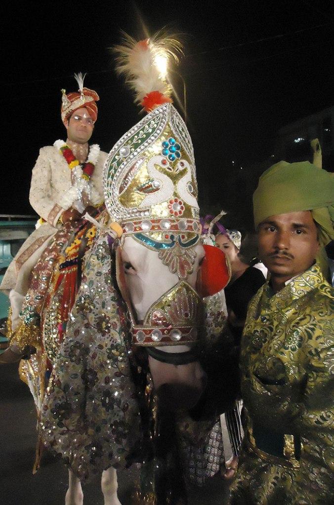 O noivo conduzido por uma promissão montado no cavalo branco, uma analogia da época medieval em que os cavaleiros mostravam bravura para defender a honra da esposa