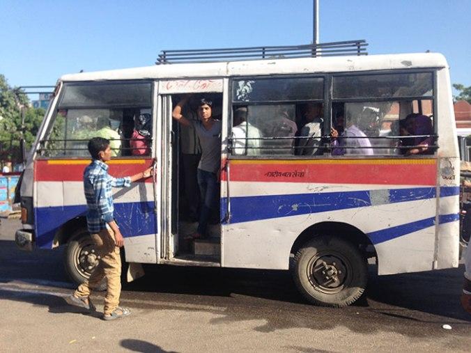 Aqui na Índia é comum as pessoas andarem no teto dos ônibus e mesmo assim precisa pagar, loucura né haha