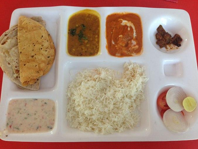 O thali é uns dos principais pratos, possível encontrar em todos os lugares composto por: arroz, chapati, iogurte para amenizar o apimentado, panner (espécie de ricota) e vegetais